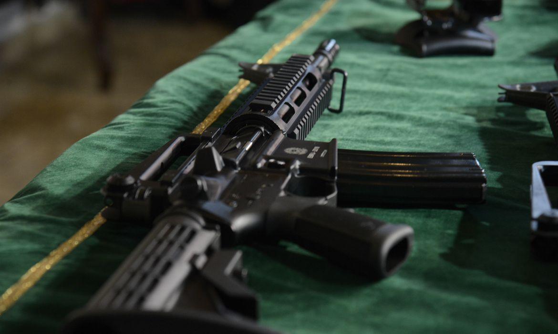 Na imagem, um fuzil