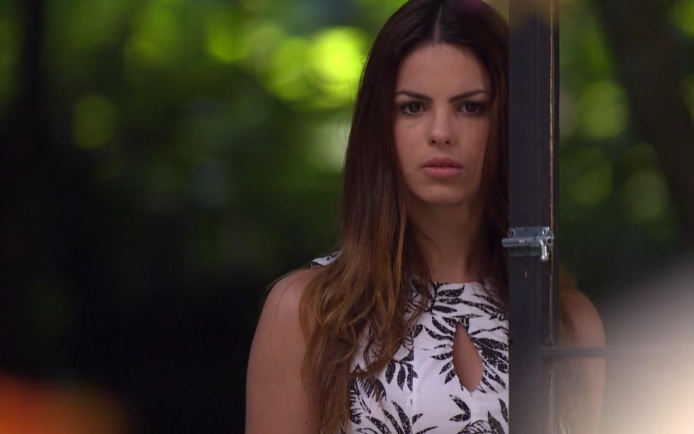 Na imagem, a personagem Alice interpretada pela atriz Sthefany Brito