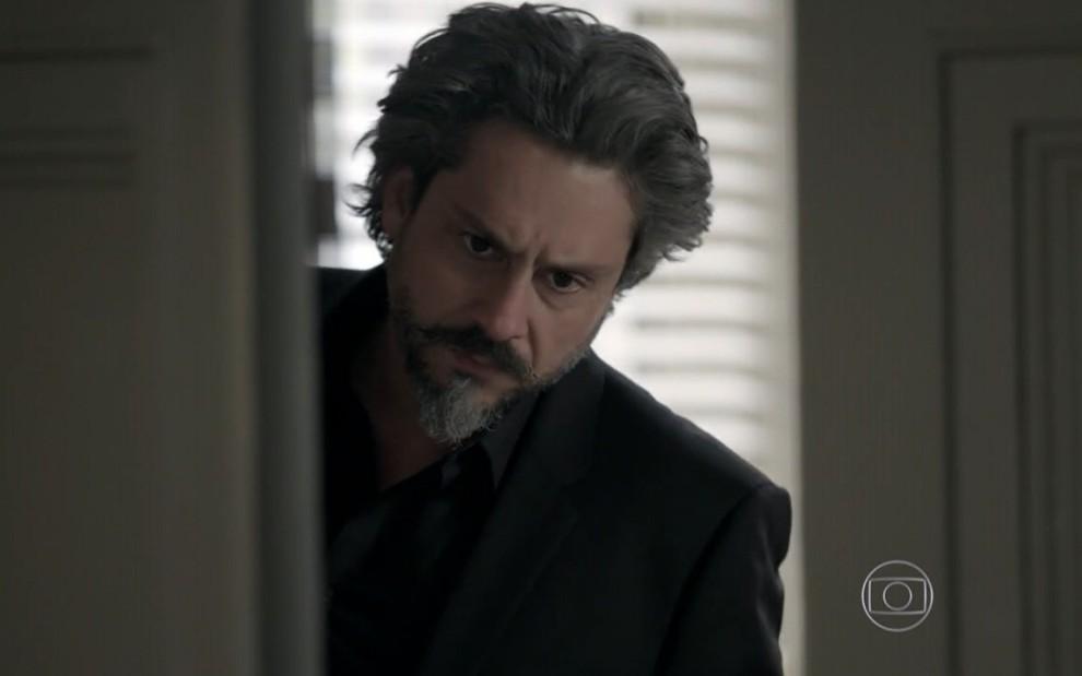 José Alfredo escuta Silviano falando sobre seu amuleto (Reprodução: TV Globo)