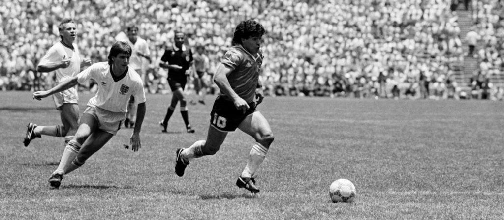 Maradona dribla adversários para marcar o gol mais bonito das copas
