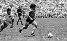 Maradona marcava o gol mais bonito da história das Copas