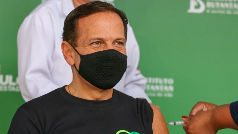 João Doria sendo vacinado contra Covid-19