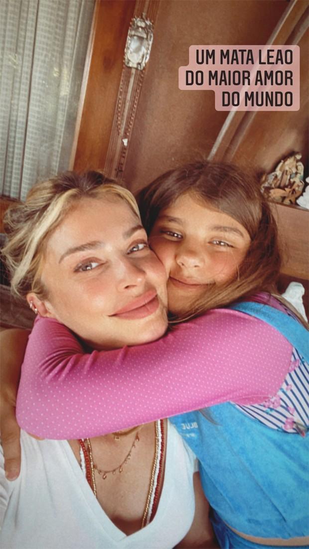 Grazi Massafera ao lado da filha Sofia