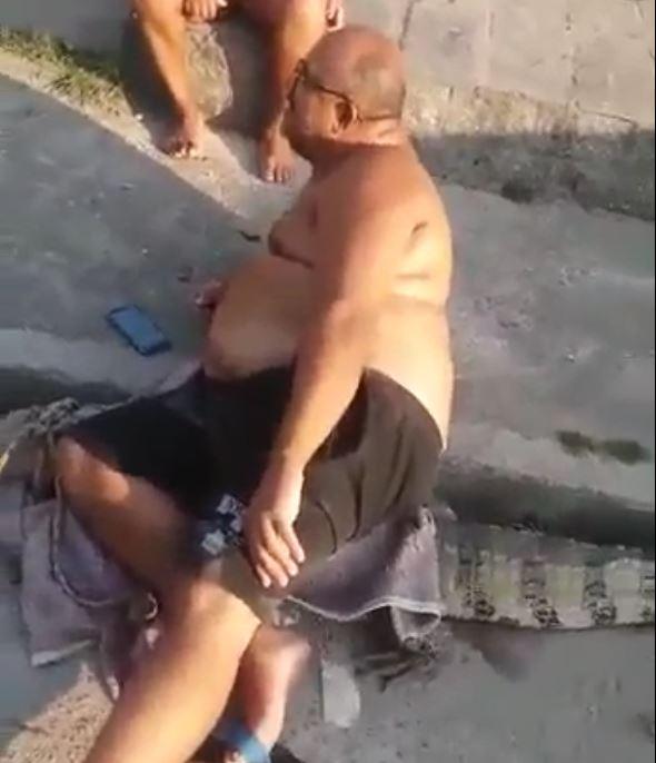 homem em cima do jacaré