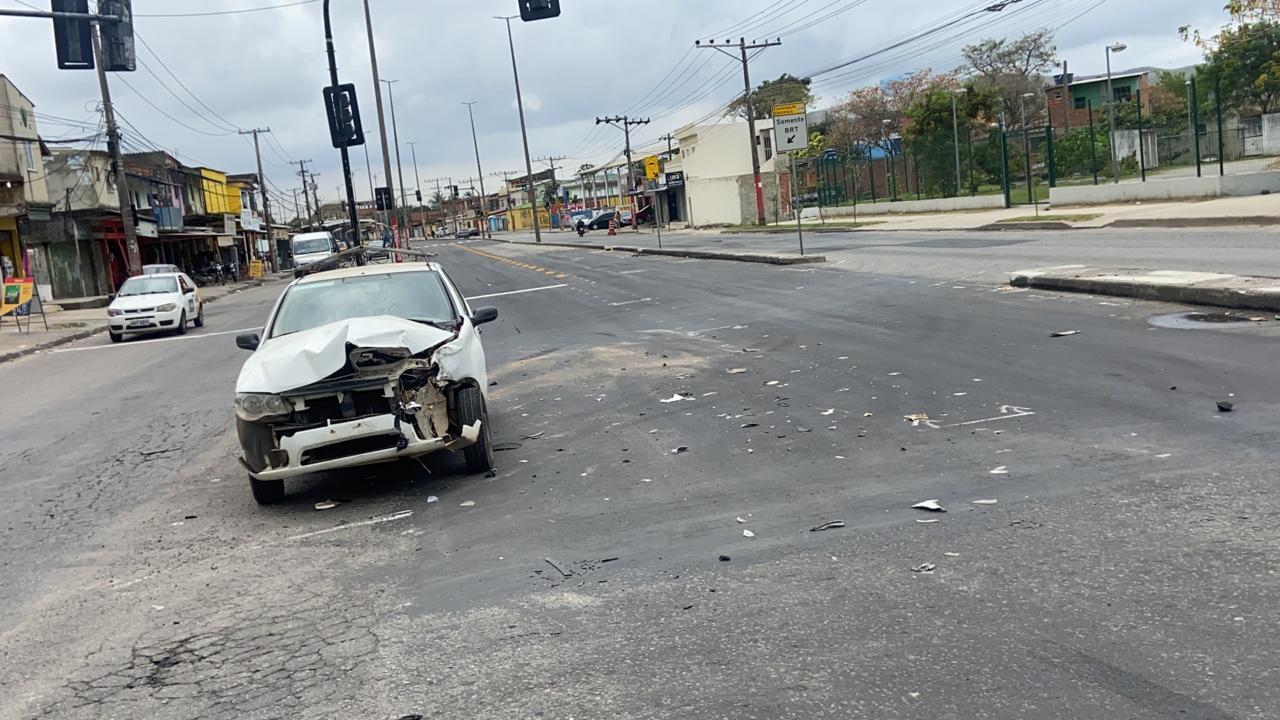 Carro depois de colidir com ônibus articulado do BRT