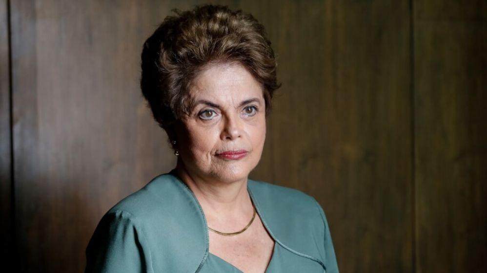 Dilma Rousseff com cara séria