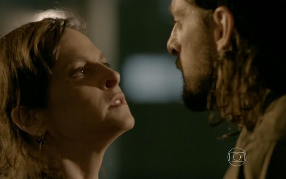 Na imagem, a personagem Cora interpretada pela atriz Drica Moraes e o personagem Fernando, interepretado pelo ator Erom Cordeiro