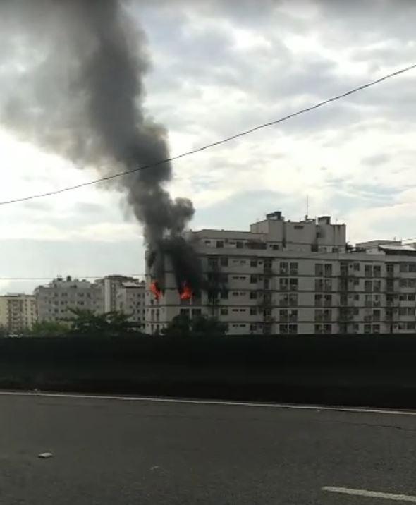 Incêndio atinge prédio no Riachuelo (Divulgação)