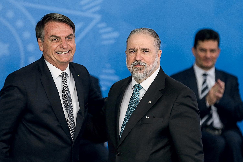 Jair Bolsonaro ao lado de Augusto Aras na posse como procurador-geral em 2019