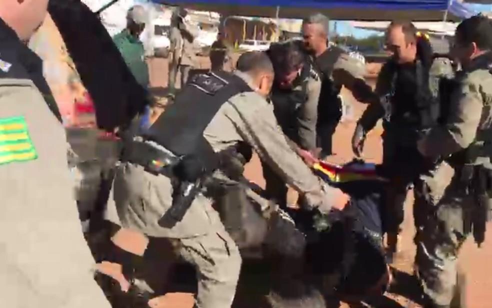 Lázaro sendo capturado por policiais
