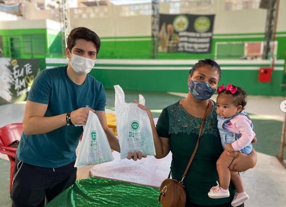 No Dia Mundial do Leite, a escola distribuiu 500 sacos de leite em pó para famílias da comunidade. Foto: Reprodução Instagram