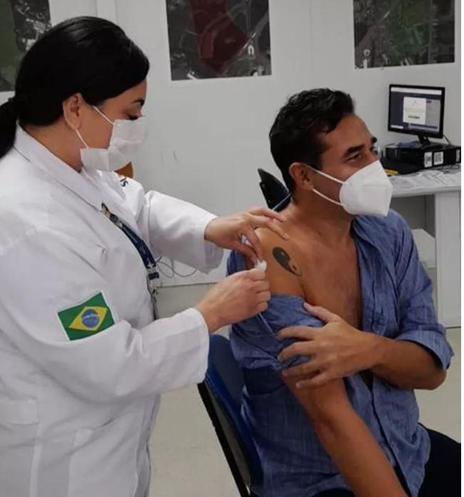 Na imagem, Luciano szafir sendo vacinado