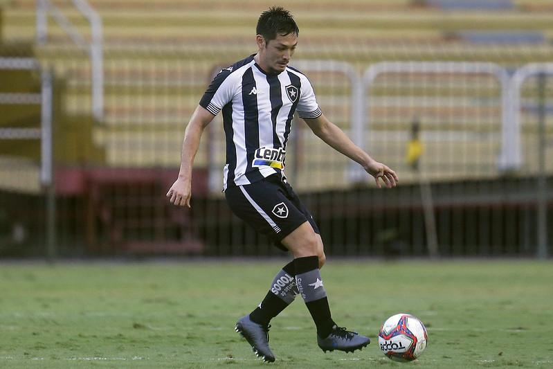 Oyama com a bola dominada em jogo do Botafogo