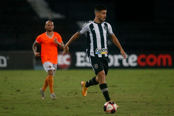 Marcinho conduzindo a bola na partida contra o Nova Iguaçu pelo Estadual