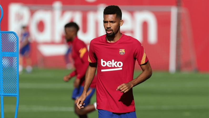 Matheus Fernandes com a camisa do Barcelona em treino realizado pelo clube catalão