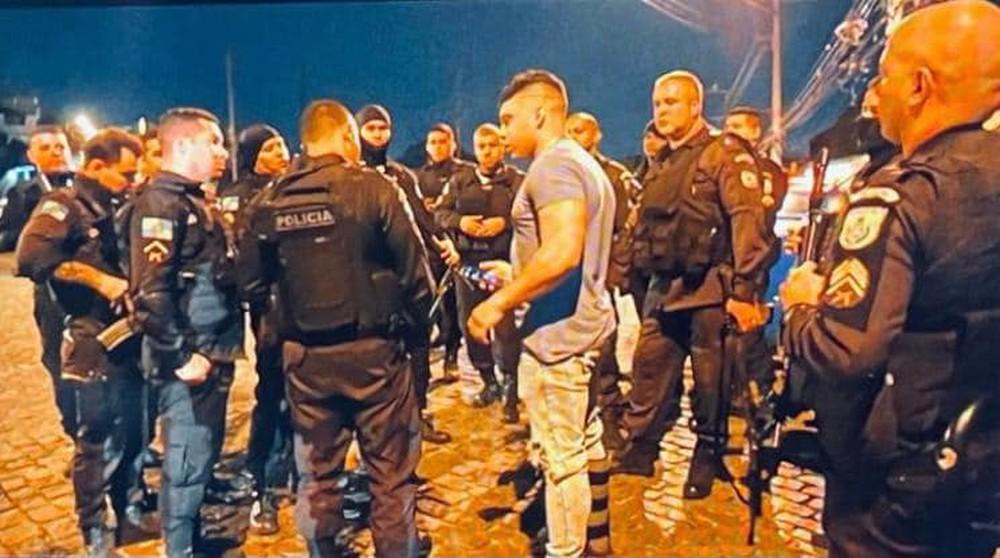Gabriel monteiro ao lado de policiais
