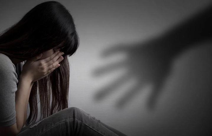 Foto de mulher se defendendo de agressão