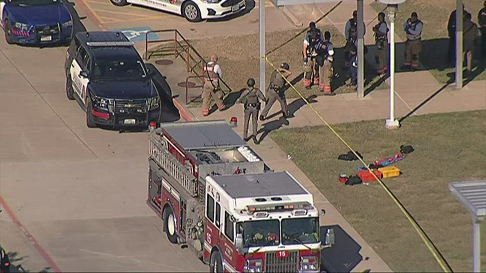 Policiais em frente a colégio americano após tiroteio no Texas