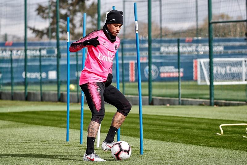 Neymar durante treinamento no PSG