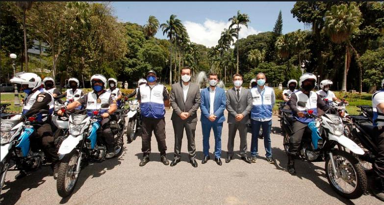 Imagem do governador Cláudio Castro com a motos cedidas ao programa Niterói Presente
