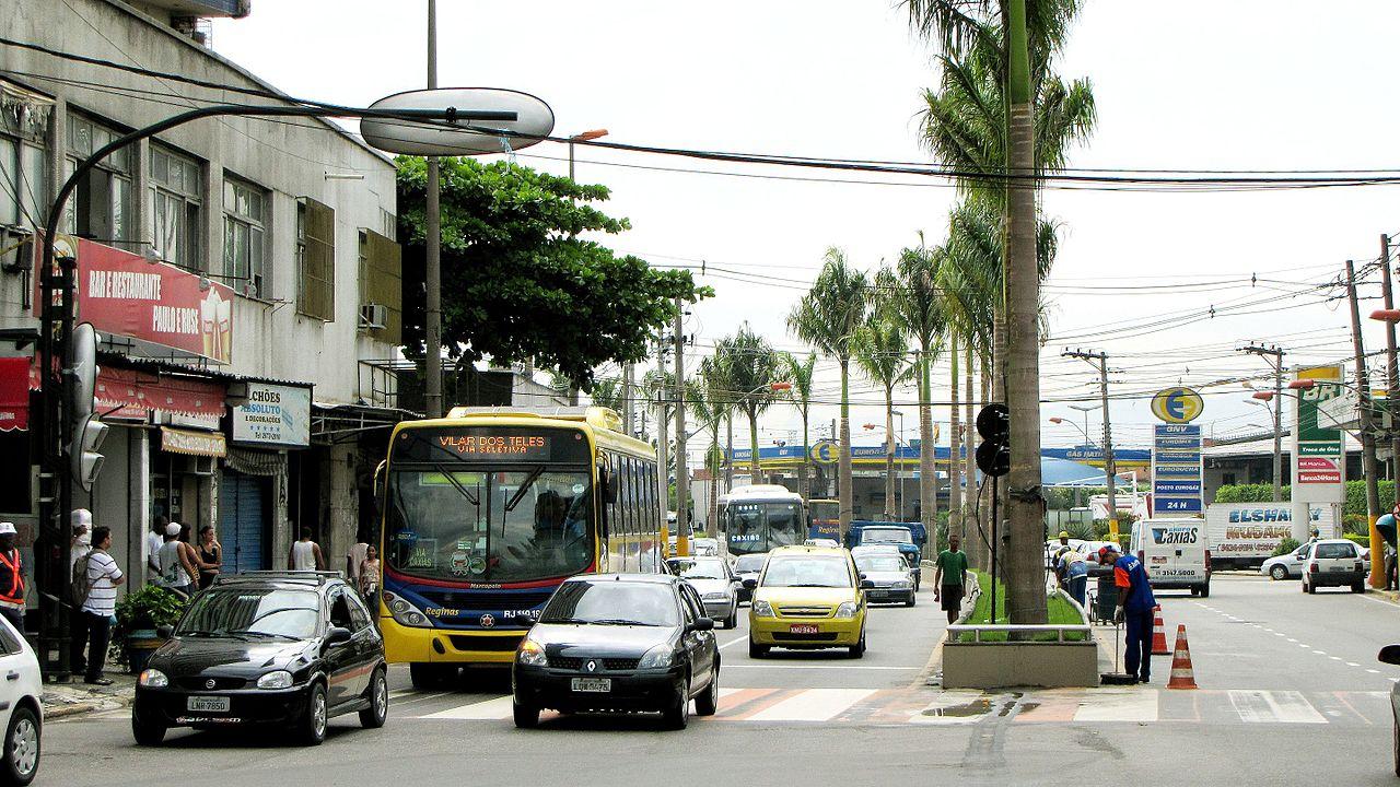 Imagem de uma avenida com carros passando