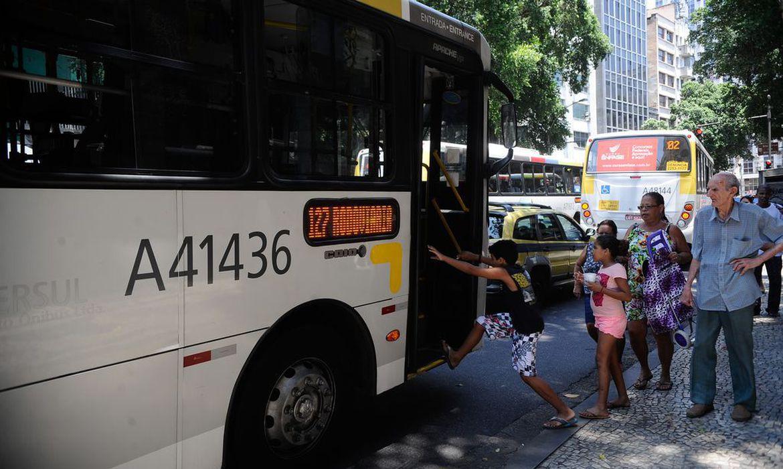 Imagem do ônibus pegando passageiro no ponto