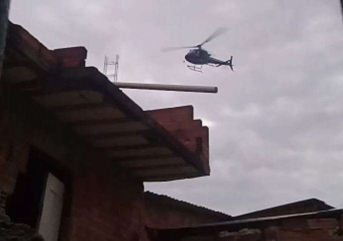 Helicóptero da Polícia Civil sobrevoando a favela do Jacarezinho, na Zona Norte do Rio