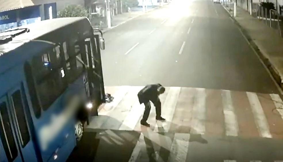 Motoboy é atropelado por ônibus no interior de SP