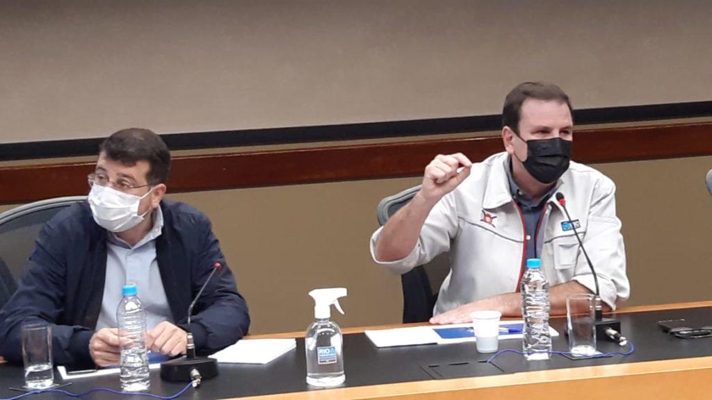Imagens do prefeito Eduardo Paes e o secretário Daniel Soranz, no Centro de Operações