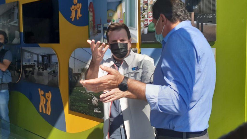 Imagem do prefeito Eduardo Paes vendo a maquete do empreendimento no Porto, ao lado do presidente da Construtora Cury