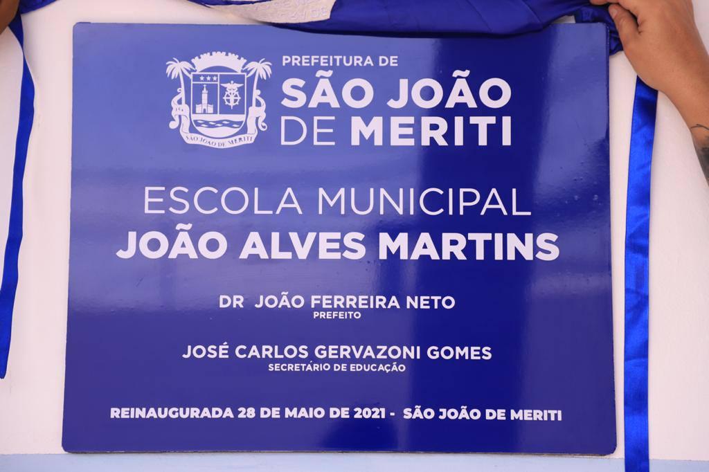 imagem da placa de reinauguração da escola municipal