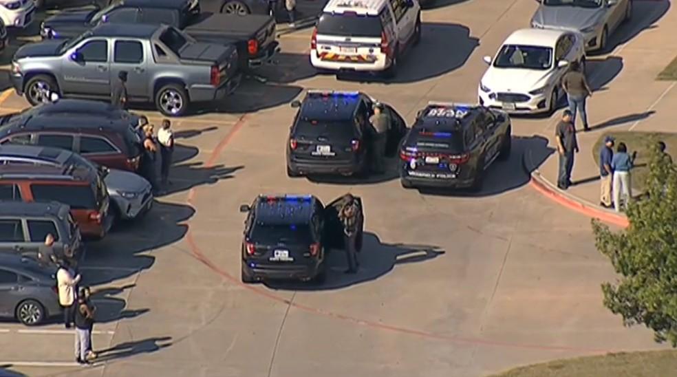 Viaturas da polícia em frente a escola do Texas onde há relatos de tiroteio em 6 de outubro de 2021