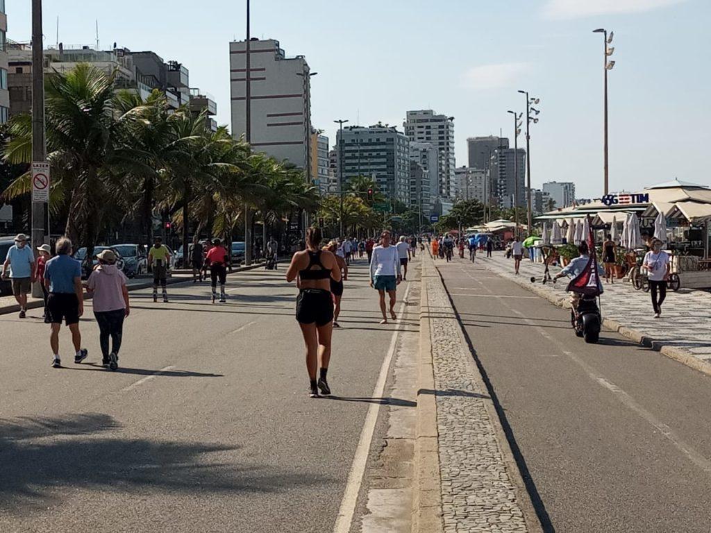 Pessoas se exercitando na Avenida Atlântica em Copacabana