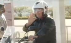Bolsonaro deixa Palácio da Alvorada de moto e sem máscara