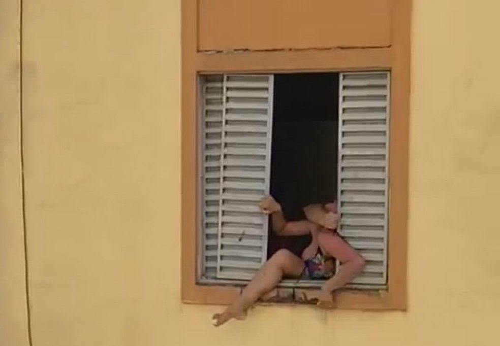 Maria José foi filmada tentando pular a janela do segundo andar durante a briga — Foto: Reprodução/rede social