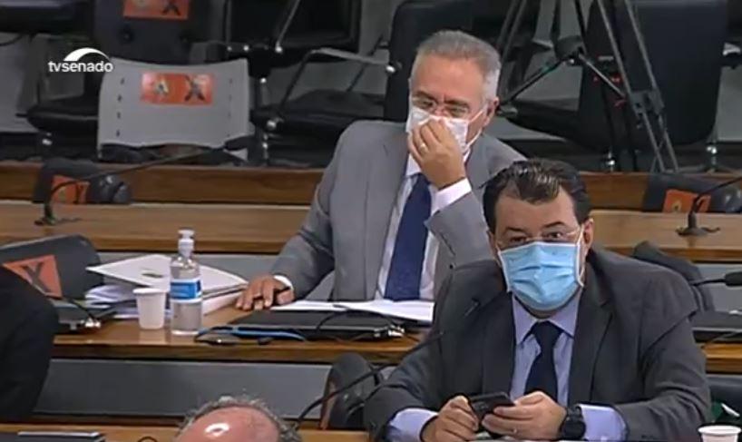 Imagem de Renan Calheiros na CPI junto com o senador Eduardo Braga