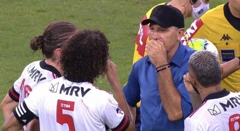 Após jogo do Grêmio contra o Flamengo, Renato coloca a mão na boca e conversa com os jogadores rubro-negros
