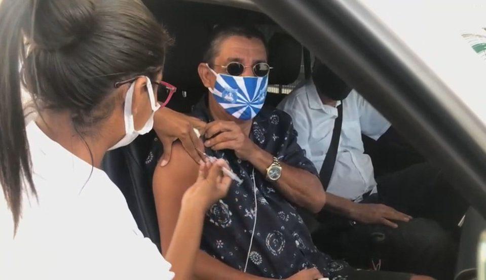 Zeca Pagodinho dentro do carro tomando a primeira dose da vacina contra a Covid-19