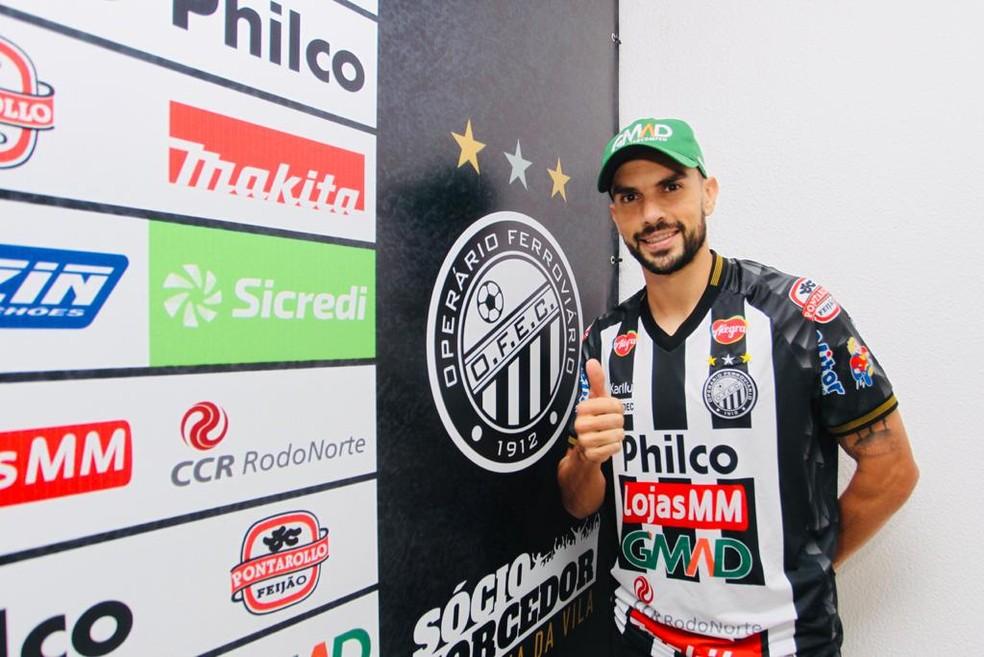 Rodrigo Pimpão posa para foto em apresentação no Operário-PR