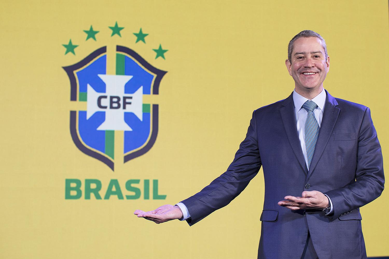 Rogério Caboclo apontando para o símbolo da CBF