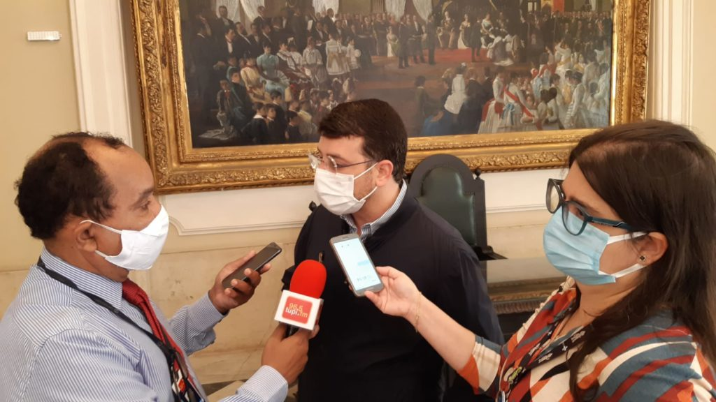 Imagem do secretário Soranz dando entrevista para a a Rádio Tupi