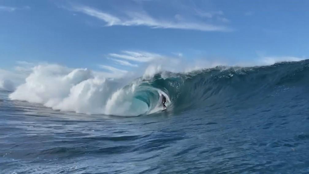 Caio Vaz surfa na Laje do Gardenal,  a 'Teahupoo Carioca'