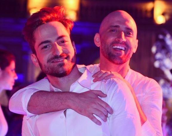 Thales Bretas e Paulo Gustavo abraçados