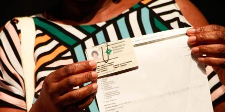 Artesã recebe carteira nacional de identificação