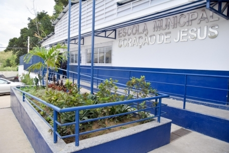 Fachada de escola municipal em Caxias
