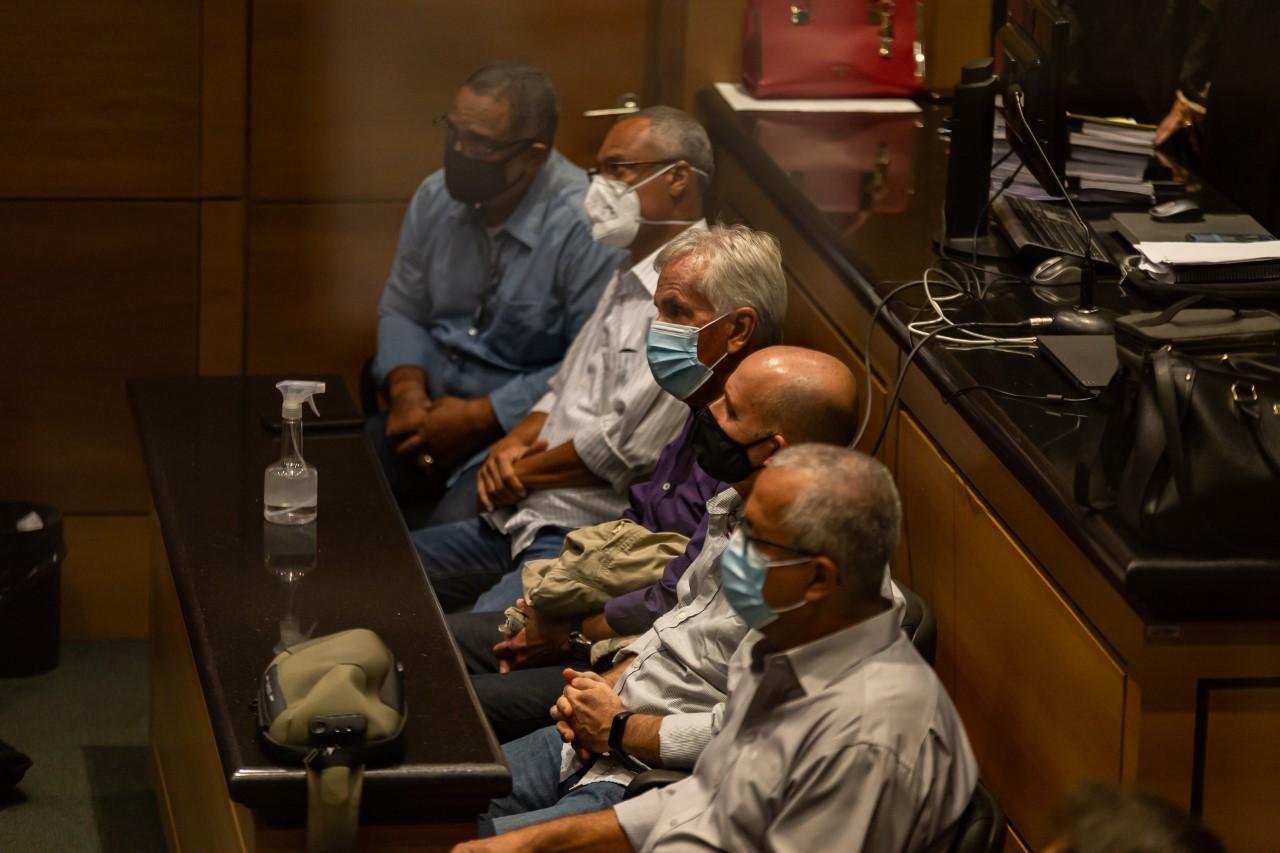 imagem de três homens sentados
