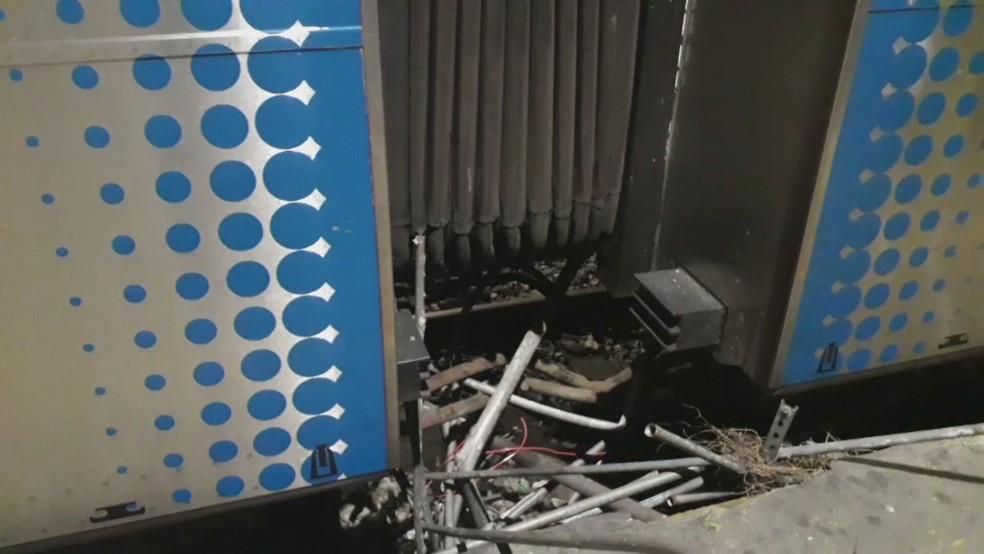 Trem que saiu da Central do Brasil, por volta das 5h, se enroscou em algumas ferragens e cabos e foi arrastando tudo