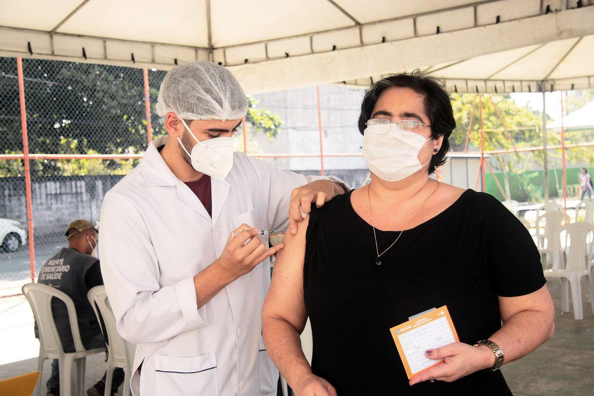 Mulher sendo vacinada em Nova Iguaçu