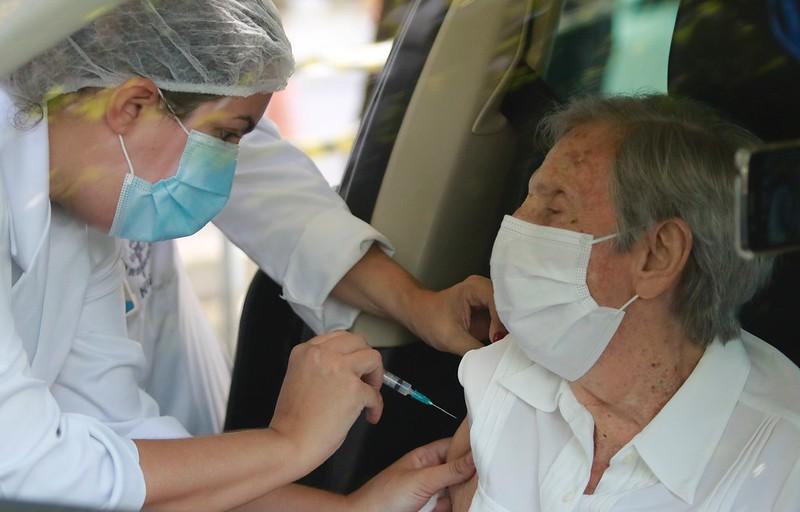 idoso sendo vacinado contra Covid-19