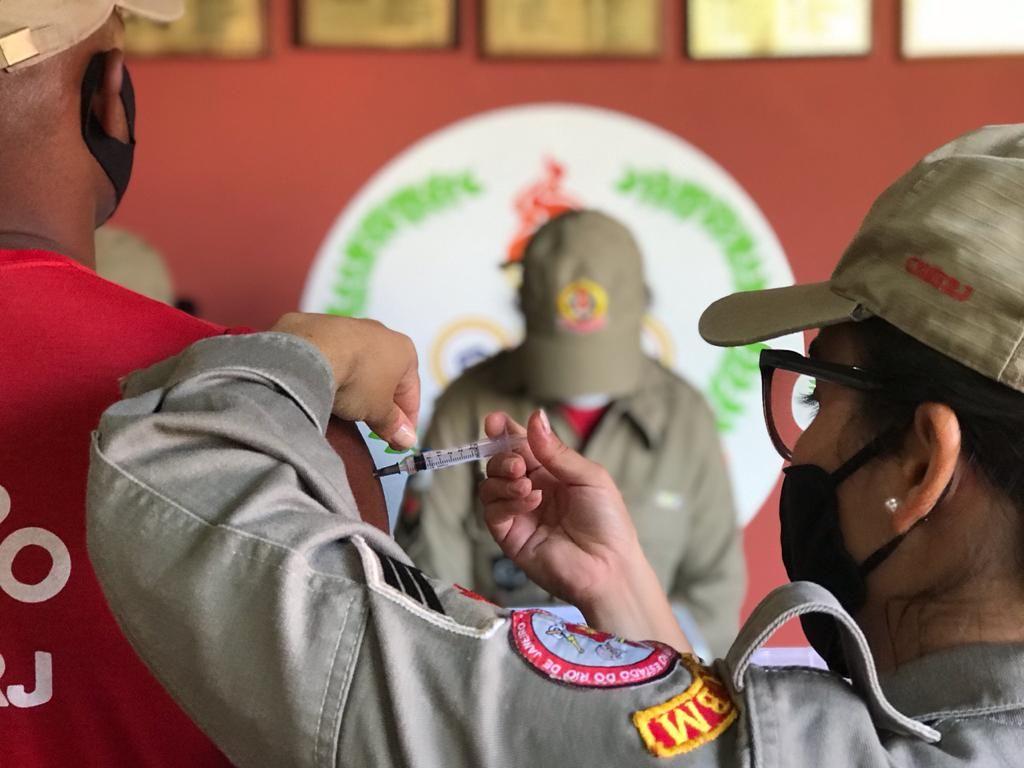Bombeiro sendo vacinado contra a Covid-19